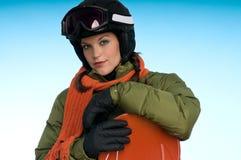 Muchacha atractiva del snowboard en verde y naranja Fotografía de archivo