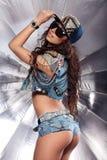 Muchacha atractiva del swag elegante en casquillo Asno hermoso Extremo atractivo en pantalones cortos de los vaqueros Imagen de archivo
