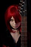 Muchacha atractiva del vampiro con la guitarra Imagen de archivo
