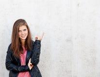 Muchacha atractiva delante del muro de cemento Fotografía de archivo libre de regalías