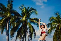 Muchacha atractiva delgada joven en las gafas de sol d de las gafas de sol del cielo azul en palma del mar del verano Imagenes de archivo
