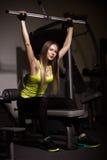 Muchacha atractiva deportiva con los grandes músculos abdominales en ropa de deportes negra Imagen de archivo libre de regalías