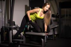 Muchacha atractiva deportiva con los grandes músculos abdominales en ropa de deportes negra Foto de archivo libre de regalías