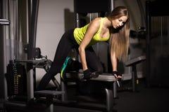 Muchacha atractiva deportiva con los grandes músculos abdominales en ropa de deportes negra imagen de archivo