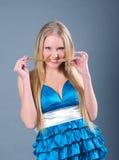 Muchacha atractiva en alineada azul fotografía de archivo