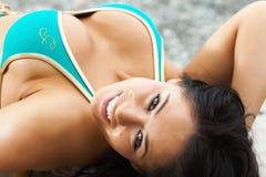 Muchacha atractiva en bikiní azul Fotografía de archivo libre de regalías