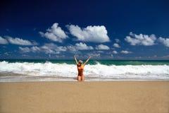 Muchacha atractiva en bikiní en la playa del Caribe Fotos de archivo
