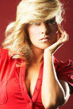Muchacha atractiva en blusa roja Fotos de archivo libres de regalías