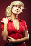 Muchacha atractiva en blusa roja imagen de archivo