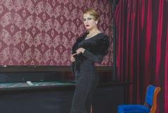 Muchacha atractiva en casino Foto de archivo