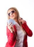 Muchacha atractiva en chaqueta de cuero roja con las tarjetas que juegan Fotos de archivo