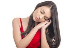 Muchacha atractiva en dormir rojo del vestido Fotos de archivo