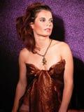 Muchacha atractiva en el fondo violeta Fotografía de archivo libre de regalías
