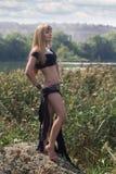 Muchacha atractiva en el lago Foto de archivo libre de regalías