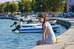 Muchacha atractiva en el puerto de ciudad de Zakynthos, Grecia Foto de archivo