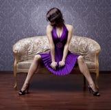 Muchacha atractiva en el sofá Imagen de archivo libre de regalías