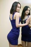 Muchacha atractiva en falda azul Fotos de archivo libres de regalías