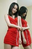 Muchacha atractiva en falda roja Imagen de archivo libre de regalías