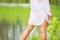 Muchacha atractiva en la camisa blanca Fotos de archivo
