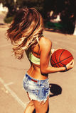 Muchacha atractiva en la cancha de básquet Fotografía de archivo