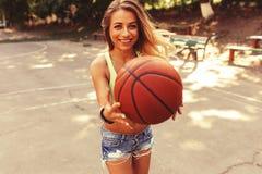Muchacha atractiva en la cancha de básquet Imagen de archivo libre de regalías