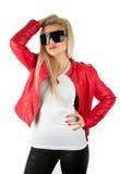Muchacha atractiva en la chaqueta de cuero roja que presenta en estudio Imagen de archivo libre de regalías