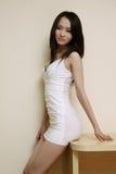 Muchacha atractiva en la falda blanca Foto de archivo