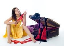 Muchacha atractiva en la maleta Foto de archivo