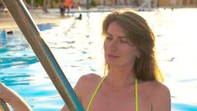 Muchacha atractiva en la piscina HD almacen de video