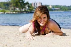 Muchacha atractiva en la playa Imagenes de archivo