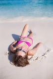 Muchacha atractiva en la playa Imagen de archivo