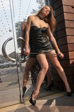 Muchacha atractiva en la presentación de cuero del mini vestido atractiva Foto de archivo libre de regalías