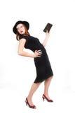 Muchacha atractiva en la presentación negra de la alineada y del sombrero Imagenes de archivo