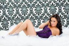 Muchacha atractiva en la ropa interior púrpura MES de la moda del gabinete de señora del corsé de la ropa interior Imagen de archivo