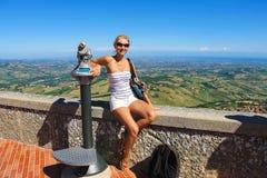 Muchacha atractiva en las fortalezas de la plataforma de observación de San Marino Fotos de archivo