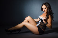 Muchacha atractiva en modelo negro de la ropa interior de la moda del gabinete de señora de la ropa interior Fotos de archivo
