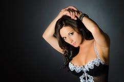 Muchacha atractiva en modelo negro de la ropa interior de la moda del gabinete de señora de la ropa interior Imagenes de archivo