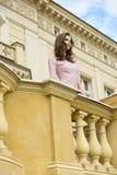 Muchacha atractiva en palacio retro foto de archivo libre de regalías