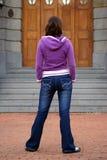 Muchacha atractiva en pantalones vaqueros Imágenes de archivo libres de regalías