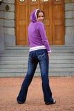 Muchacha atractiva en pantalones vaqueros fotos de archivo