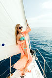 Muchacha atractiva en pareo del traje de baño el vacaciones de la travesía del mar del yate Fotos de archivo libres de regalías