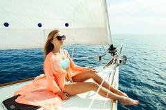 Muchacha atractiva en pareo del traje de baño el vacaciones de la travesía del mar del yate Imágenes de archivo libres de regalías