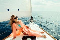 Muchacha atractiva en pareo del traje de baño el vacaciones de la travesía del mar del yate Imagenes de archivo