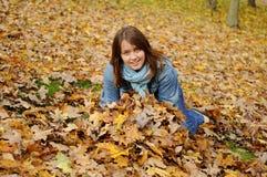 Muchacha atractiva en parque de la caída Foto de archivo libre de regalías