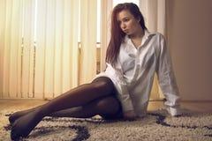 Muchacha atractiva en piso Imagenes de archivo