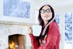 Muchacha atractiva en ropa caliente con la bebida caliente Imagen de archivo