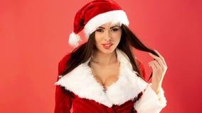 Muchacha atractiva en Santa Claus Costume Sending Kisses almacen de metraje de vídeo
