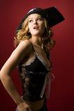 Muchacha atractiva en sombrero del pirata Imágenes de archivo libres de regalías