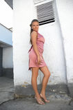 Muchacha atractiva en stayin rosado de la alineada Fotografía de archivo