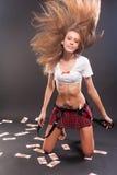 Muchacha atractiva en top y falda del cortocircuito Imágenes de archivo libres de regalías